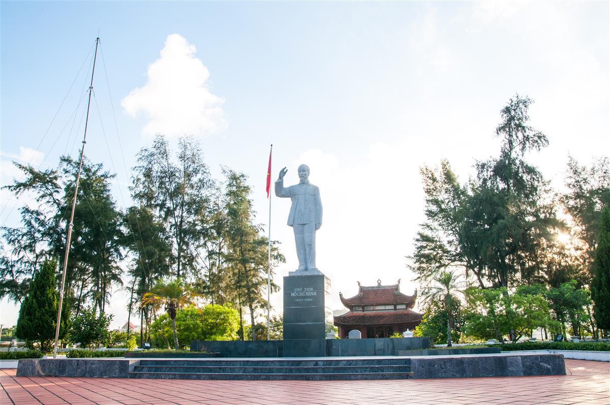 Thăm quan khu di tích Hồ Chí Minh trên đảo Cô Tô
